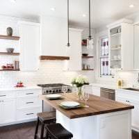 яркий интерьер белой кухни с оттенком голубого фото