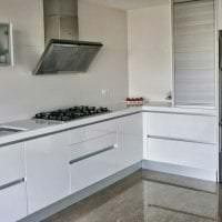 яркий интерьер белой кухни с оттенком серого картинка