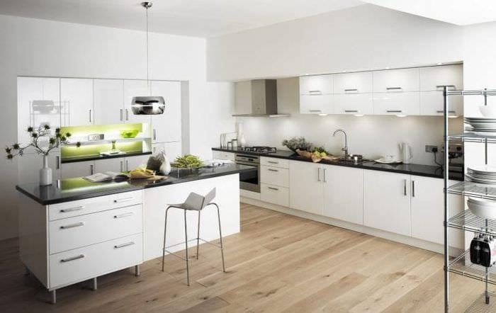 светлый интерьер белой кухни с оттенком желтого