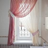 яркий люрексовый тюль в интерьере спальни картинка