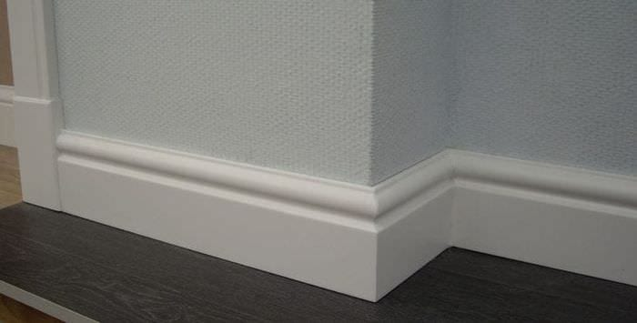 белый плинтус из лдф в интерьере комнаты