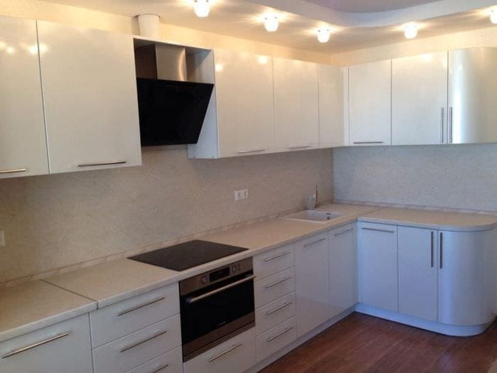 яркий интерьер белой кухни с оттенком песочного