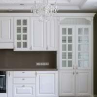 красивый дизайн белой кухни с оттенком голубого фото