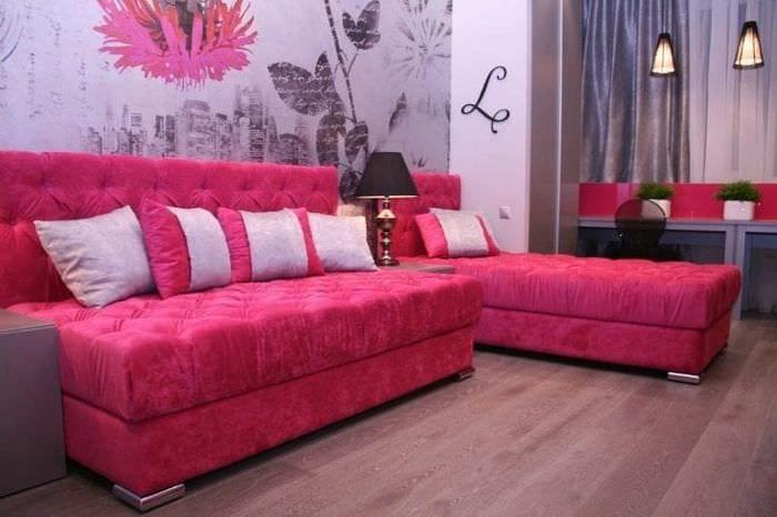 необычный стиль гостиной в цвете фуксия