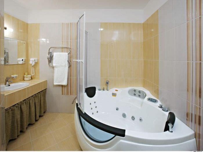светлый декор ванной комнаты с душем в ярких тонах