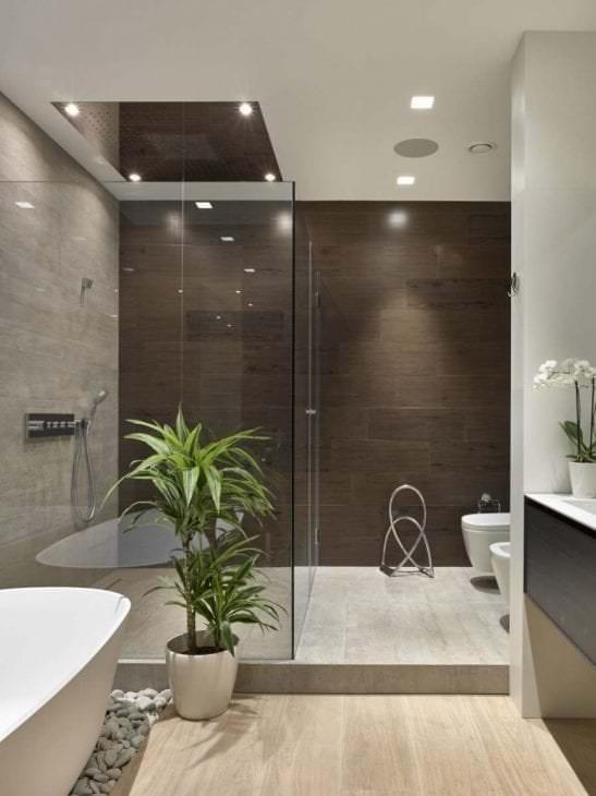 красивый интерьер ванной комнаты с душем в светлых тонах