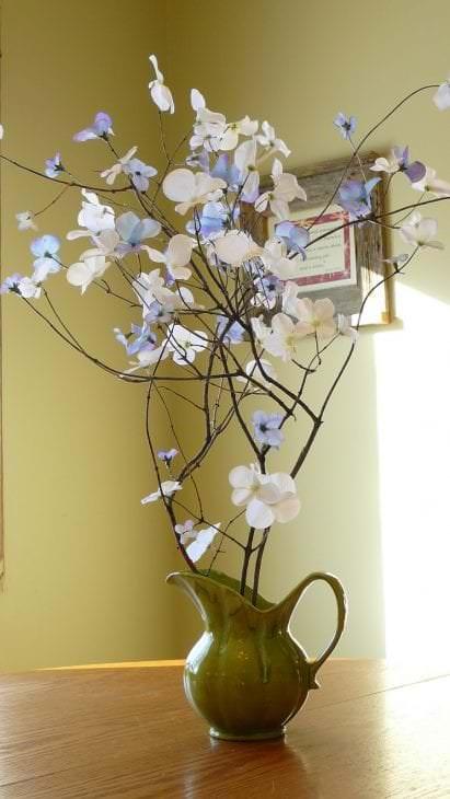 светлый весенний декор в стиле спальни