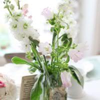 светлый весенний декор в интерьере гостиной картинка