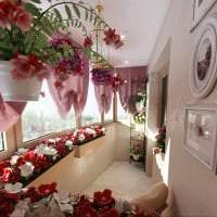искусственные цветы в декоре гостиной картинка
