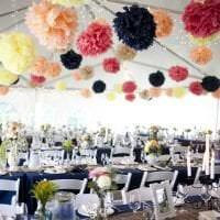 голубые бумажные цветы в оформлении праздничного зала картинка