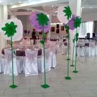 белые бумажные цветы в оформлении праздничного зала фото