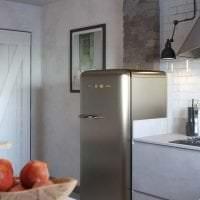 небольшой холодильник в декоре кухни в бежевом цвете фото