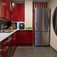 небольшой холодильник в дизайне кухни в разноцветном цвете фото