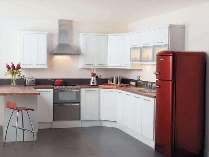 небольшой холодильник в декоре кухни в ярком цвете
