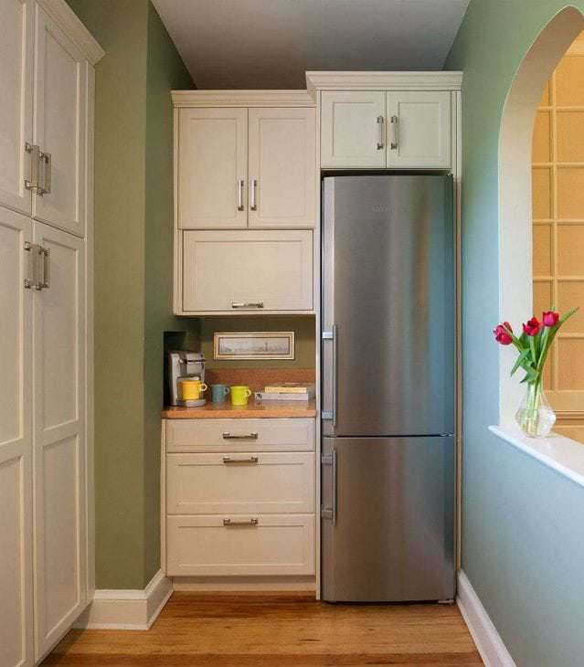 большой холодильник в интерьере кухни в белом цвете