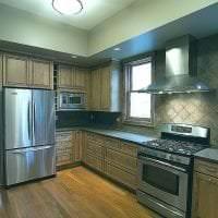 большой холодильник в стиле кухни в темном цвете картинка