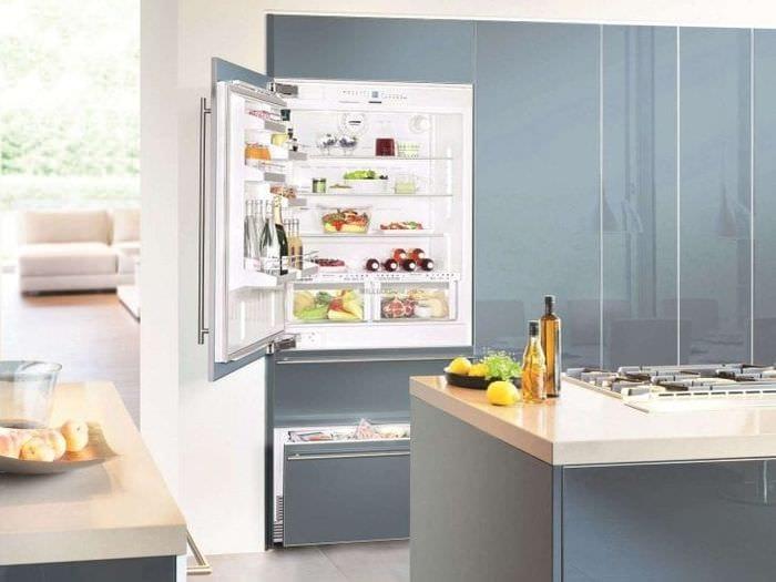 большой холодильник в стиле кухни в светлом цвете