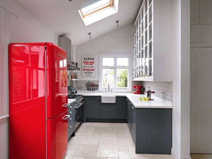 небольшой холодильник в декоре кухни в темном цвете