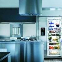 небольшой холодильник в интерьере кухни в белом цвете картинка