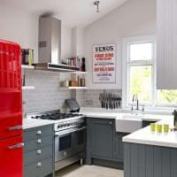 большой холодильник в декоре кухни в ярком цвете фото