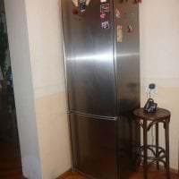 небольшой холодильник в фасаде кухни в разноцветном цвете картинка