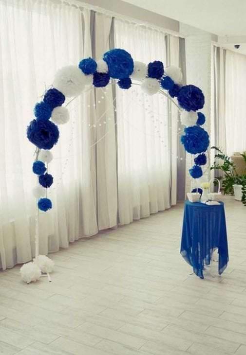 голубые бумажные цветы в интерьере зала