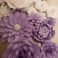 синие бумажные цветы в декоре зала фото