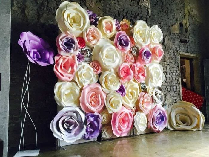 розовые бумажные цветы в декоре зала