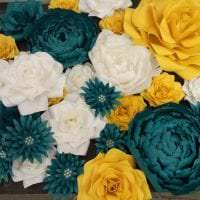 разноцветные бумажные цветы в фасаде праздничного зала фото