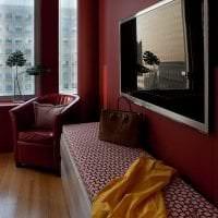 яркий бордовый цвет в дизайне коридора картинка