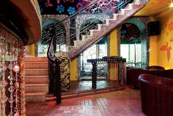 необычный декор коридора в стиле фьюжн