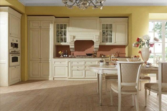 яркий интерьер элитной кухни в стиле модерн