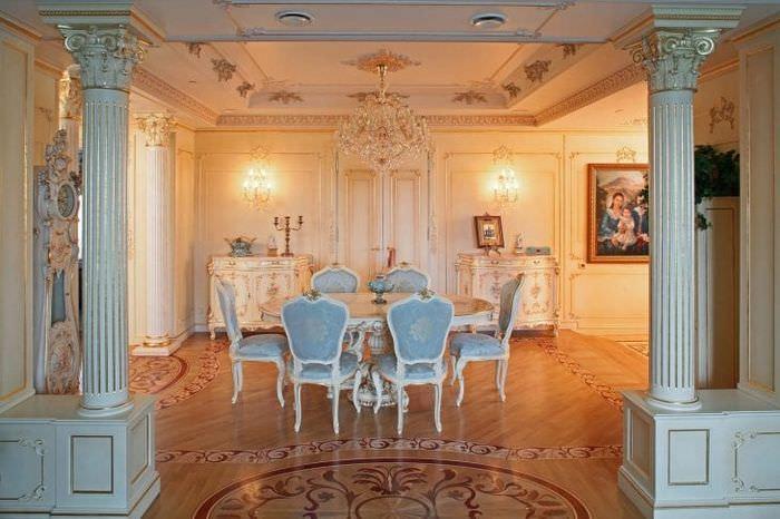 светлый интерьер кухни в стиле барокко