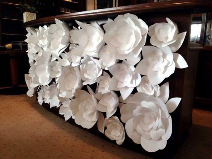 Большие цветы из бумаги своими руками для украшения стены 43