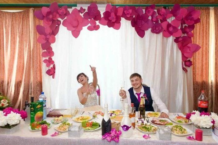 разноцветные бумажные цветы в интерьере праздничного зала