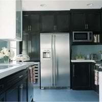 небольшой холодильник в фасаде кухни в сером цвете картинка