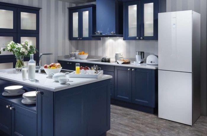 большой холодильник в дизайне кухни в светлом цвете