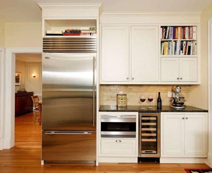 большой холодильник в дизайне кухни в темном цвете
