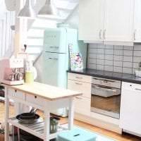 большой холодильник в интерьере кухни в ярком цвете фото
