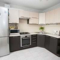 большой холодильник в дизайне кухни в стальном цвете картинка