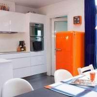 небольшой холодильник в фасаде кухни в сером цвете фото
