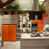 большой холодильник в декоре кухни в светлом цвете картинка