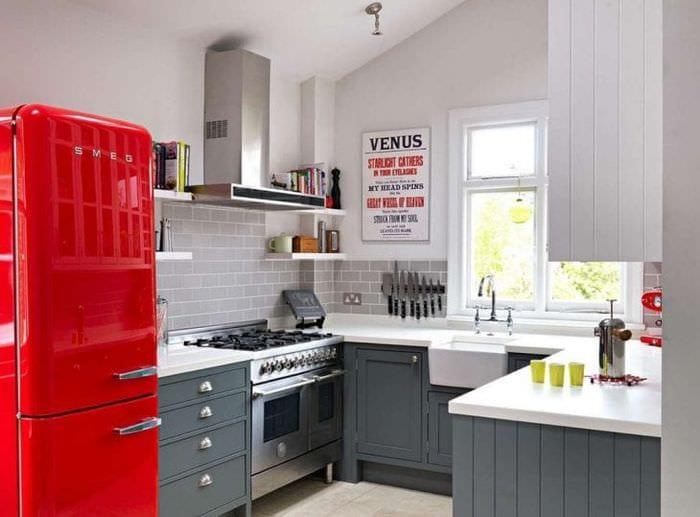 небольшой холодильник в декоре кухни в светлом цвете