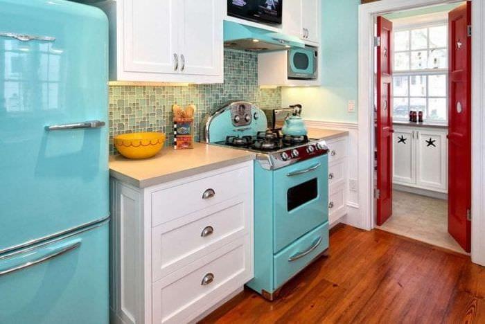 большой холодильник в интерьере кухни в сером цвете