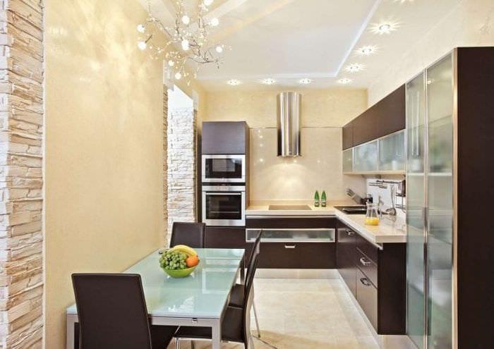 большой холодильник в дизайне кухни в белом цвете