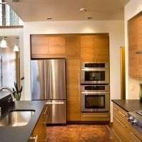 небольшой холодильник в дизайне кухни в ярком цвете картинка