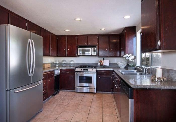 небольшой холодильник в декоре кухни в разноцветном цвете