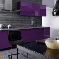 яркий фасад кухни в фиолетовом цвете фото