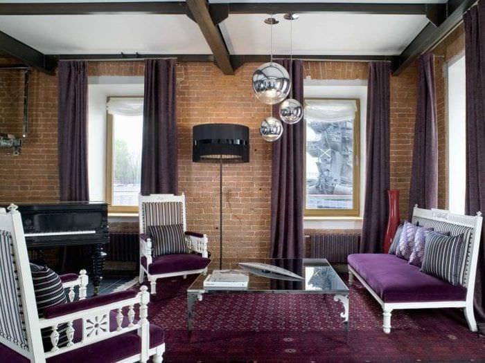 яркий интерьер гостиной в фиолетовом цвете