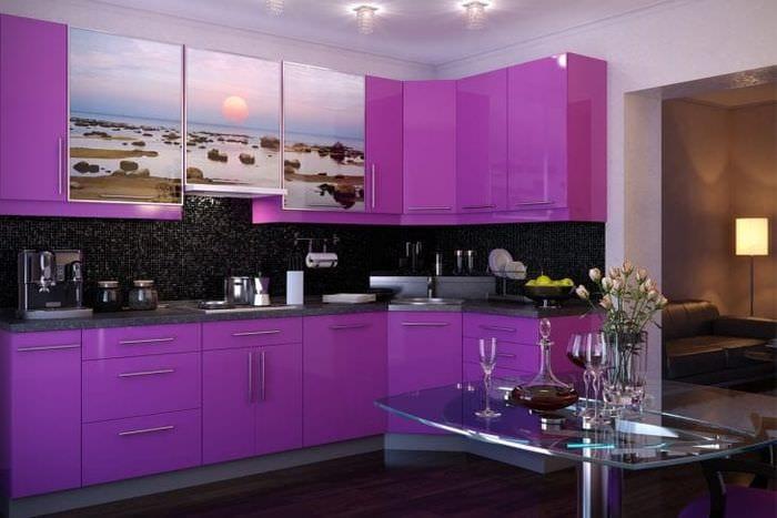 яркий декор кухни в фиолетовом оттенке
